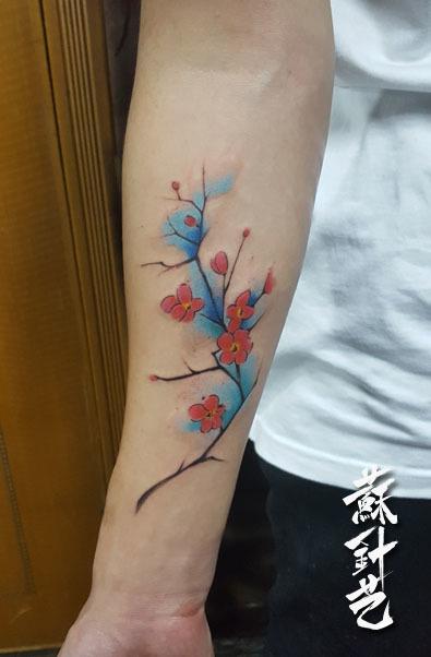 手臂梅花纹身