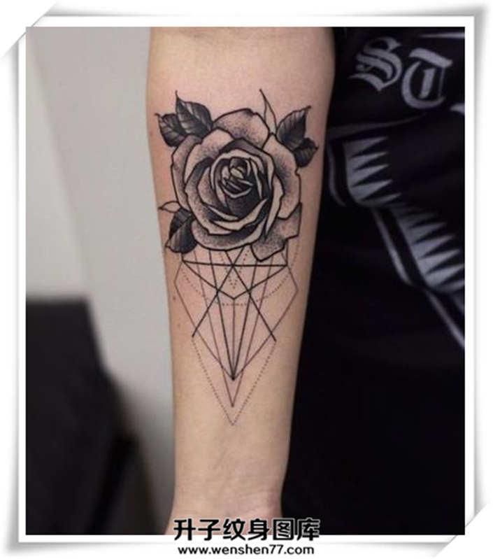 手臂线条与玫瑰花纹身图案