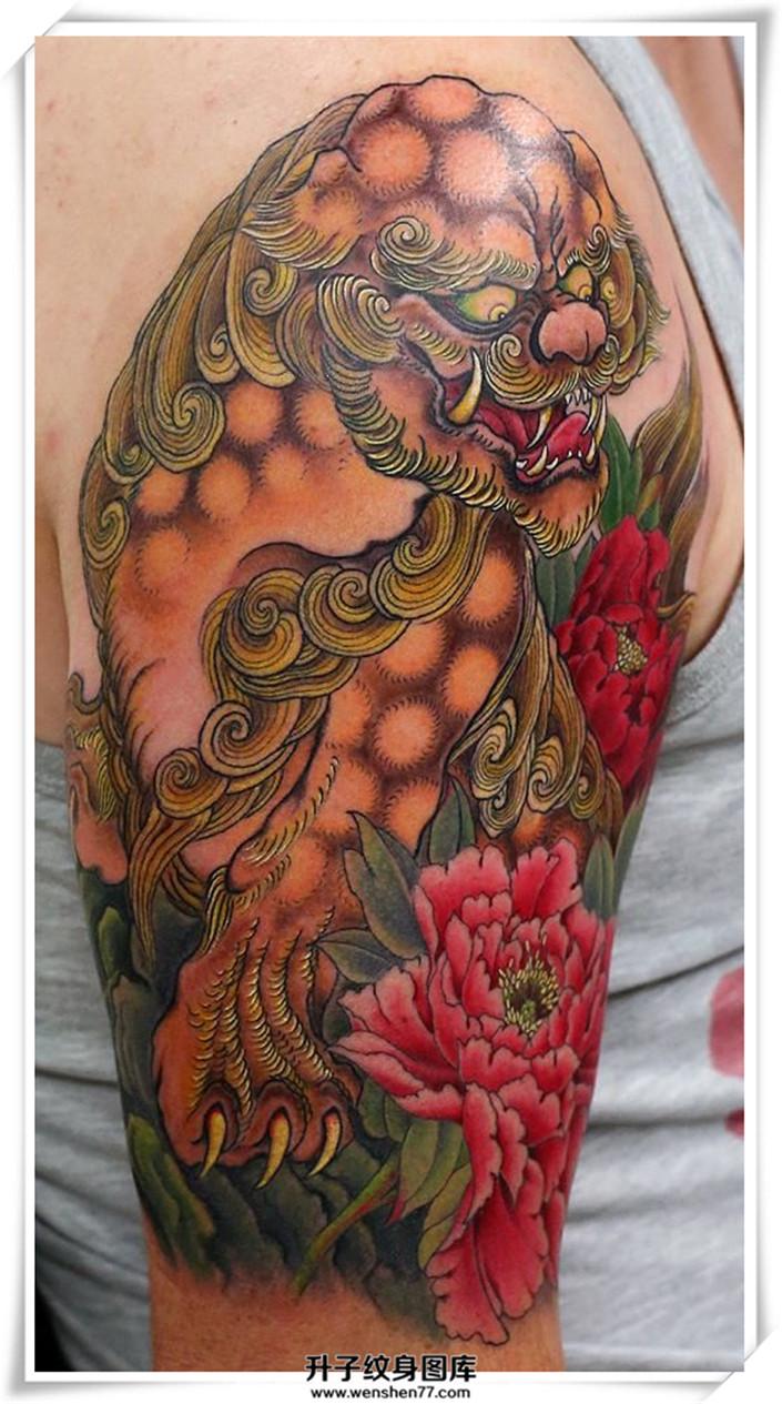大臂彩色唐狮牡丹纹身图片