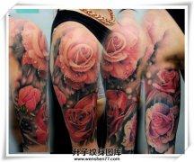 大臂彩色玫瑰花纹身图案