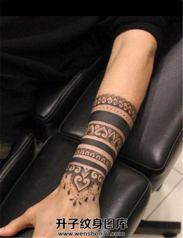 手臂纹身 手臂臂环纹身图案大全 重庆臂环纹身价格