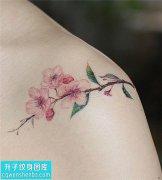 女性肩膀桃花纹身图案