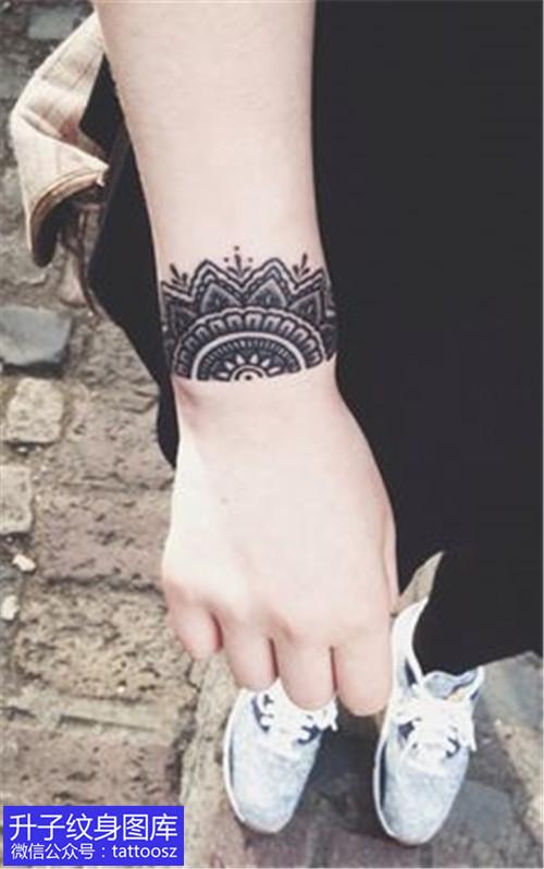 手腕处臂环梵花纹身图案-精致图片