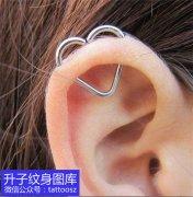 耳朵处桃心穿孔耳环 人体艺术穿孔